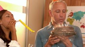Επιχειρησιακή ομάδα που γιορτάζει γενέθλια απόθεμα βίντεο