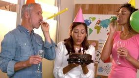 Επιχειρησιακή ομάδα που γιορτάζει γενέθλια φιλμ μικρού μήκους