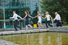 Επιχειρησιακή ομάδα που διαμορφώνει το δίκτυο τρέχοντας Στοκ εικόνες με δικαίωμα ελεύθερης χρήσης