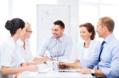 Επιχειρησιακή ομάδα που διοργανώνει τη συνεδρίαση στην αρχή Στοκ εικόνα με δικαίωμα ελεύθερης χρήσης