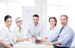 Επιχειρησιακή ομάδα που διοργανώνει τη συνεδρίαση στην αρχή Στοκ Φωτογραφία