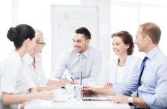 Επιχειρησιακή ομάδα που διοργανώνει τη συνεδρίαση στην αρχή Στοκ εικόνες με δικαίωμα ελεύθερης χρήσης