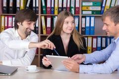 Επιχειρησιακή ομάδα που διοργανώνει τη φιλική συζήτηση στον ξύλινο πίνακα γραφείων Στοκ εικόνα με δικαίωμα ελεύθερης χρήσης