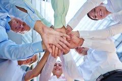 Επιχειρησιακή ομάδα που παρουσιάζει τη σύνδεση και υποστήριξη Στοκ Εικόνες