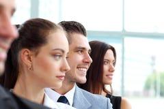 Επιχειρησιακή ομάδα που στέκεται σε μια σειρά στο γραφείο Στοκ εικόνα με δικαίωμα ελεύθερης χρήσης