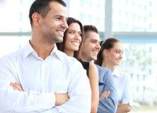 Επιχειρησιακή ομάδα που στέκεται σε μια σειρά στο γραφείο Στοκ Εικόνες
