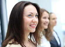Επιχειρησιακή ομάδα που στέκεται σε μια σειρά στο γραφείο Στοκ φωτογραφίες με δικαίωμα ελεύθερης χρήσης