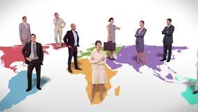 Επιχειρησιακή ομάδα που στέκεται στον παγκόσμιο χάρτη ελεύθερη απεικόνιση δικαιώματος