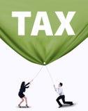 Επιχειρησιακή ομάδα που τραβά το φορολογικό έμβλημα στοκ φωτογραφίες με δικαίωμα ελεύθερης χρήσης