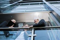 Επιχειρησιακή ομάδα που χρησιμοποιεί την τεχνολογία Στοκ εικόνα με δικαίωμα ελεύθερης χρήσης