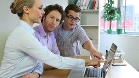 Επιχειρησιακή ομάδα που χρησιμοποιεί το lap-top και τον προγραμματισμό απόθεμα βίντεο