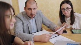 Επιχειρησιακή ομαδική εργασία των νέων διευθυντών και του προϊσταμένου κατά τη διάρκεια της σοβαρής και ενεργού συνεδρίασης των ρ απόθεμα βίντεο