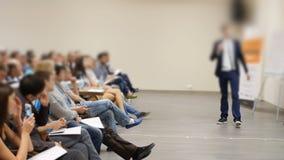 Επιχειρησιακή παρουσίαση για την προβολική οθόνη σε μια διάσκεψη και τους ακροατές πίσω απόθεμα βίντεο