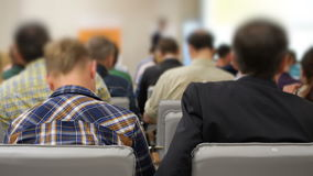 Επιχειρησιακή παρουσίαση για την προβολική οθόνη σε μια διάσκεψη και τους ακροατές πίσω φιλμ μικρού μήκους