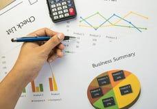 Επιχειρησιακή περίληψη ή έκθεση επιχειρηματικών σχεδίων με τα διαγράμματα και τις γραφικές παραστάσεις στην επιχειρησιακή έννοια Στοκ Φωτογραφίες