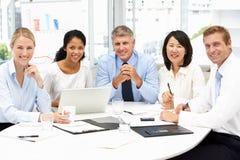 Επιχειρησιακή συνεδρίαση σε ένα γραφείο στοκ εικόνα