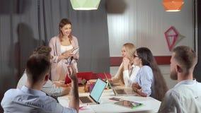 Επιχειρησιακή συνεδρίαση στο σύγχρονο γραφείο απόθεμα βίντεο