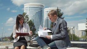 Επιχειρησιακή συνεδρίαση του άνδρα και της γυναίκας υπαίθρια απόθεμα βίντεο