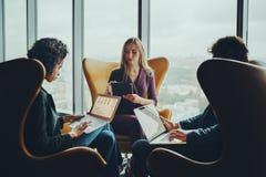 Επιχειρησιακή συνεδρίαση τριών συναδέλφων Στοκ εικόνα με δικαίωμα ελεύθερης χρήσης