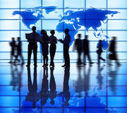 Επιχειρησιακή συνεργασία που υποστηρίζει το παγκόσμιο επιχειρηματικό πεδίο Στοκ εικόνα με δικαίωμα ελεύθερης χρήσης