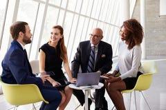 Επιχειρησιακή συνεδρίαση ομάδας στην υποδοχή του σύγχρονου γραφείου Στοκ εικόνες με δικαίωμα ελεύθερης χρήσης