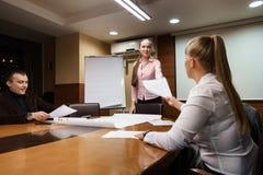 Επιχειρησιακή συνεδρίαση στα ξημερώματα γραφείων επιχείρησης Στοκ Εικόνες