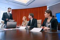 Επιχειρησιακή συνεδρίαση στη αίθουσα συνδιαλέξεων Στοκ φωτογραφία με δικαίωμα ελεύθερης χρήσης