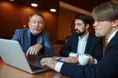 Επιχειρησιακή συνεδρίαση στο αμυδρό καφέ Στοκ Εικόνες