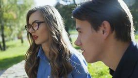 Επιχειρησιακή συνομιλία μεταξύ του άνδρα και της γυναίκας στο πάρκο απόθεμα βίντεο