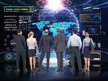 Επιχειρησιακή τεχνολογία Σφαιρική επιχειρησιακή ομάδα που αναλύει και που συζητά με ένα φουτουριστικό υπόβαθρο οθόνης τεχνολογίας Στοκ Εικόνες
