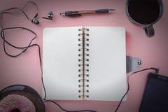 Επιχειρησιακή φωτογραφία με το σύντομο χρονογράφημα Τηλέφωνο με τα ακουστικά Ένα ανοικτό σημειωματάριο με μια μάνδρα δίπλα στον κ Στοκ φωτογραφία με δικαίωμα ελεύθερης χρήσης
