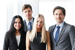 επιχειρησιακή φωτογραφική μηχανή διαφορετικά πέντε που φαίνεται χαμογελώντας ομάδα επιτυχίας πορτρέτου μελών τους Στοκ Εικόνες