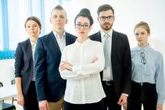 επιχειρησιακή φωτογραφική μηχανή διαφορετικά πέντε που φαίνεται χαμογελώντας ομάδα επιτυχίας πορτρέτου μελών τους Στοκ Φωτογραφίες