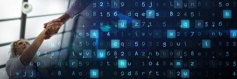 Επιχειρησιακή χειραψία κάτω από το ανώτατο όριο γυαλιού με την μπλε έξυπνη μετάβαση τεχνολογίας Στοκ Εικόνα