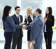 Επιχειρησιακή χειραψία και έννοια επιχειρηματιών άτομα χεριών που τινάζουν δύο Στοκ φωτογραφία με δικαίωμα ελεύθερης χρήσης