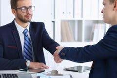Επιχειρησιακή χειραψία στη συνεδρίαση ή τη διαπραγμάτευση στο γραφείο Οι συνεργάτες ικανοποιούν επειδή η υπογραφή συμβάλλεται ή ο Στοκ εικόνα με δικαίωμα ελεύθερης χρήσης