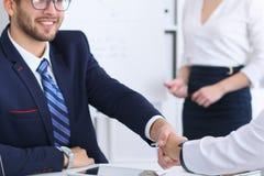 Επιχειρησιακή χειραψία στη συνεδρίαση ή τη διαπραγμάτευση στο γραφείο Οι συνεργάτες ικανοποιούν επειδή η υπογραφή συμβάλλεται ή ο Στοκ Εικόνες