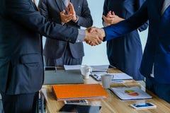 Επιχειρησιακή χειραψία στη συνεδρίαση ή τη διαπραγμάτευση στο γραφείο, στοκ εικόνες