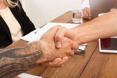 Επιχειρησιακή χειραψία στη συνεδρίαση των γραφείων, το συμπέρασμα συμβάσεων και την επιτυχή συμφωνία Στοκ εικόνες με δικαίωμα ελεύθερης χρήσης