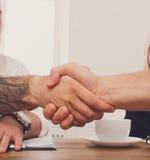 Επιχειρησιακή χειραψία στη συνεδρίαση των γραφείων, το συμπέρασμα συμβάσεων και την επιτυχή συμφωνία Στοκ Φωτογραφίες