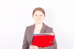 Επιχειρησιακή joung γυναίκα με τον κόκκινο φάκελλο Στοκ Εικόνα