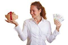 επιχειρησιακή piggy γυναίκα &ta Στοκ εικόνα με δικαίωμα ελεύθερης χρήσης
