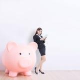 επιχειρησιακή piggy γυναίκα &ta Στοκ Φωτογραφία