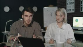 Επιχειρησιακοί άνδρας και γυναίκα που συγκρούονται στον εργασιακό χώρο Νευρική ομάδα που συζητά το πρόγραμμα απόθεμα βίντεο