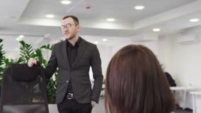 Επιχειρησιακοί άνδρας και γυναίκα που συζητούν κάτι ο ένας στον άλλο στην αρχή απόθεμα βίντεο
