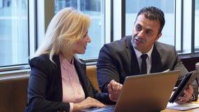 Επιχειρησιακοί άνδρας και γυναίκα που συζητούν το νέο πρόγραμμά τους απόθεμα βίντεο