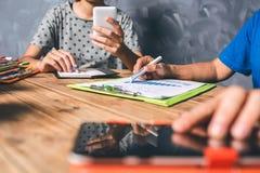 Επιχειρησιακοί γυναίκα και συνάδελφοι ομαδικής εργασίας που εργάζονται σκληρά με το financi Στοκ εικόνα με δικαίωμα ελεύθερης χρήσης