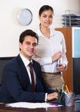 Επιχειρησιακοί ειδικός και γραμματέας που εργάζονται στο σύγχρονο γραφείο Στοκ φωτογραφία με δικαίωμα ελεύθερης χρήσης