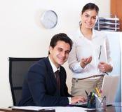 Επιχειρησιακοί ειδικός και γραμματέας που εργάζονται στο σύγχρονο γραφείο Στοκ Εικόνες