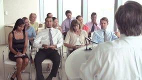 Επιχειρησιακοί εκπρόσωποι που ακούνε την παρουσίαση στη διάσκεψη απόθεμα βίντεο